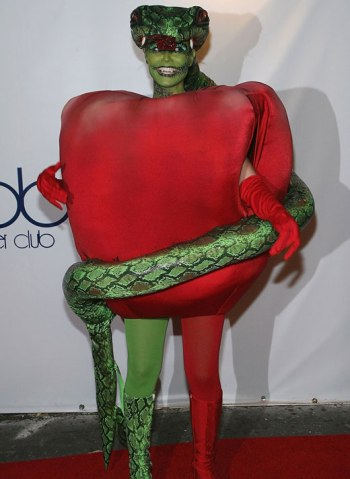 heidi-klum-2006-halloween-apple-snake