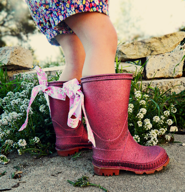 https://mjtrim.files.wordpress.com/2015/01/diy-glitter-rainboots-kid-how-to-1.jpg?w=620