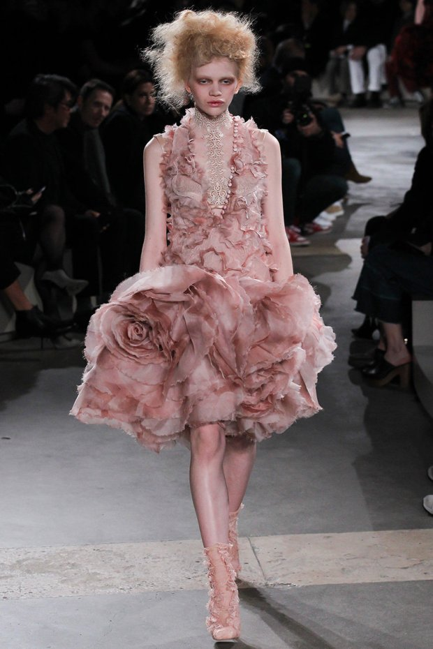 https://mjtrim.files.wordpress.com/2015/03/alexander-mcqueen-rtw-fw15-runway-28.jpg?w=620&h=930