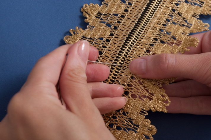 M&J Trimming: Sewing Lace onto Zipper